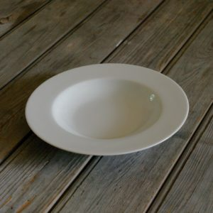 idée de support en porcelaine assiette creuse bords plats