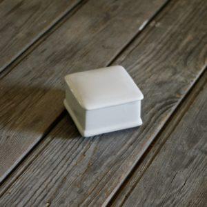 idée de support en porcelaine petite boîte carrée